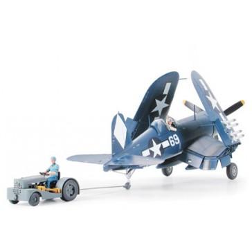 Corsair F4U-1D et tracteur pont