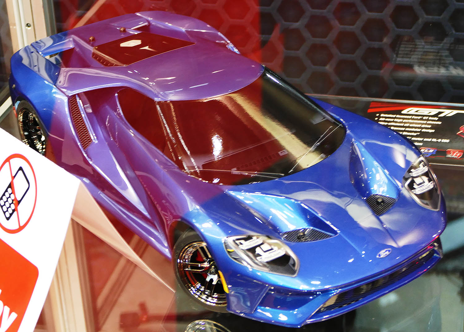 Not Easy To Photograph In A Display Case With Thousand Reflections The Ford Gt Of Traxxas Radiates This Body With Unique Curves Realized Under Official